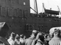 Soldiers boarding SS <em>Ericsson</em> enroute Marseilles to New York. 1945.